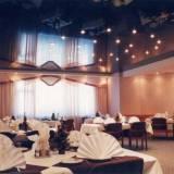 глянцевый потолок в ресторане
